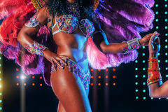 Piękny jaskrawy kolorowy karnawałowy kostium iluminował sceny tło Samba tancerza bioder karnawałowy kostiumowy bikini Zdjęcie Royalty Free