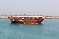 Piękny Jaskrawy widok łódź w AJMAN CORNICHE, DUBAJ na 26 2017 CZERWU Zdjęcie Stock