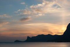 Piękny jaskrawy zmierzch na Czarnym morzu w Sudak Nadmorski z konturem przylądek Kapchik błękitny Crimea wzgórzy krajobrazu nagi  Obrazy Stock