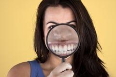 piękny jej daleko pokazywać zębów kobieta zdjęcie stock