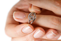 piękny jej pierścionek próbuje kobiety Obrazy Stock