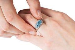 piękny jej pierścionek próbuje kobiety Obrazy Royalty Free