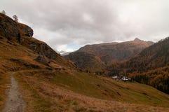 Piękny jesień krajobraz z ścieżką w kierunku grupy chaltes w Zermatt terenie zdjęcie stock
