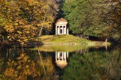 Piękny jesień krajobraz z odbiciem w wodnym stawie Fotografia Stock