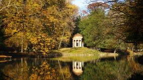 Piękny jesień krajobraz z odbiciem w wodnym stawie Obraz Stock