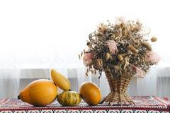 Piękny jesień skład kosz z leczniczymi ziele suszącymi Fotografia Royalty Free