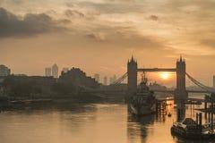 Piękny jesień wschodu słońca krajobraz wierza Bridżowy i Rzeczny Tha obrazy stock