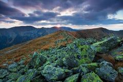 Piękny jesieni góry krajobraz przy chmurnym dniem Jesień krajobrazowy zmierzch w górach Niski Tatras, Sistani, Europa zdjęcia stock