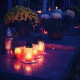 Piękny jesieni nocy pojęcie Cmentarz i Halloween Świeczka w grób Halloween tło Obraz Royalty Free