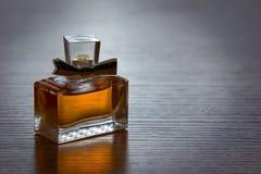 Piękny jest kwadratowy z kobiety pachnidła butelką Obrazy Royalty Free