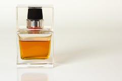 Piękny jest kwadratowy z kobiety pachnidła butelką Fotografia Royalty Free