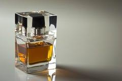 Piękny jest kwadratowy z kobiety pachnidła butelką Zdjęcia Royalty Free