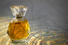 Piękny jest kwadratowy z kobiety ` s pachnidła butelką Obrazy Royalty Free