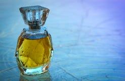 Piękny jest kwadratowy z kobiety ` s pachnidła butelką Zdjęcie Stock