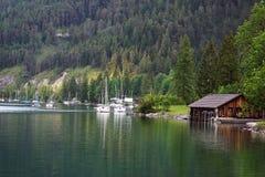 Piękny jeziorny schronienie z łodziami Obrazy Stock
