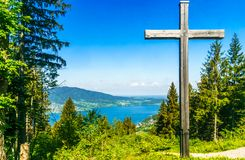 Piękny jeziorny Tegernsee sourrounded górami w Bavaria - G zdjęcie stock