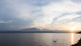 Piękny jezioro i góra podczas zmierzchu kształtujemy teren naturę przy Phayao jeziorem obrazy royalty free