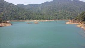 Piękny jezioro otacza górami zdjęcie stock