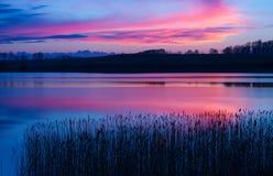 Piękny jezioro z kolorowym zmierzchu niebem Spokojny wibrujący krajobraz Zdjęcie Royalty Free