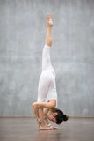 Piękny joga: Stać rozłam pozę Fotografia Royalty Free