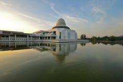 Piękny jutrzenkowy niebo nad spławowym meczetem Zdjęcie Royalty Free