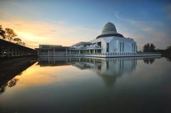 Piękny jutrzenkowy niebo nad spławowym meczetem Zdjęcia Stock