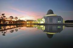 Piękny jutrzenkowy niebo nad spławowym meczetem Fotografia Royalty Free