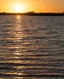 Piękny jutrzenkowy słońce na jeziorze Zdjęcie Royalty Free