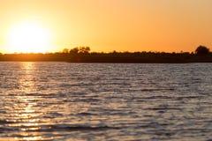 Piękny jutrzenkowy słońce na jeziorze Zdjęcia Royalty Free