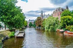 Piękny kanału dom w Amsterdam zdjęcie stock