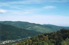 Piękny Karpacki krajobrazowy halny światła słonecznego lato fotografia royalty free