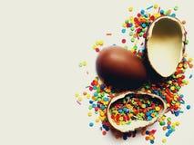 Piękny kartka z pozdrowieniami dla wielkanocy z czekoladowymi jajkami i jaskrawymi kolorowymi cukierkami zdjęcia royalty free