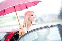 Piękny kierowca Właśnie Z samochodu W deszczowym dniu Obraz Stock