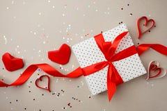 Piękny kierowy prezenta pudełko z origami papieru czerwonym sercem i confettui na popielatym background/pojęciu partyjny romansow zdjęcie royalty free