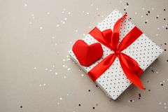 Piękny kierowy prezenta pudełko z origami papieru czerwonym sercem i confettui na popielatym background/pojęciu partyjny romansow obraz royalty free