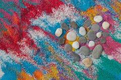 Piękny kierowy tło na barwionym piasku robić od dennych skorup Fotografia Stock