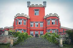 Piękny klasyczny czerwony europejski średniowieczny antyczny kasztel fotografia royalty free