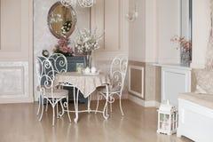 Piękny klasyczny wnętrze z wiosna nastrojem Zdjęcia Stock