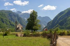 Piękny kościół Theth park narodowy w Albania zdjęcie royalty free