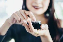Piękny kobieta azjata używa skóry opieki produkt, moisturizer o zdjęcia royalty free