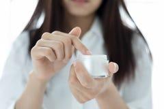 Piękny kobieta azjata używa skóry opieki produkt, moisturizer o obrazy stock