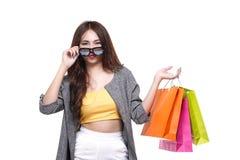 Piękny kobieta chwyta torba na zakupy, sprzedaży i koszt damy pojęcie, fotografia royalty free