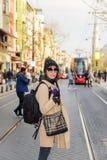 Piękny kobieta podróżnika turysta z plecakiem fotografia stock