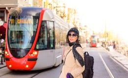 Piękny kobieta podróżnika turysta z plecakiem obraz royalty free