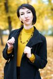 Piękny kobieta portret w jesieni plenerowej, kolorów żółtych liściach i drzewach na tle, sezon jesienny Obrazy Royalty Free