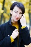 Piękny kobieta portret w jesieni plenerowej, kolorów żółtych liściach i drzewach na tle, sezon jesienny Zdjęcie Royalty Free