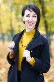Piękny kobieta portret w jesieni plenerowej, kolorów żółtych liściach i drzewach na tle, sezon jesienny Obraz Royalty Free
