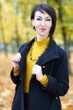 Piękny kobieta portret w jesieni plenerowej, kolorów żółtych liściach i drzewach na tle, sezon jesienny Zdjęcia Stock