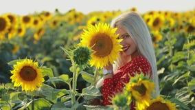 Piękny kobieta portret w słonecznika polu, zwolnione tempo zbiory
