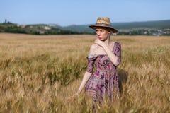 Piękny kobieta rolnik w polu banatki gospodarstwo rolne zdjęcia royalty free